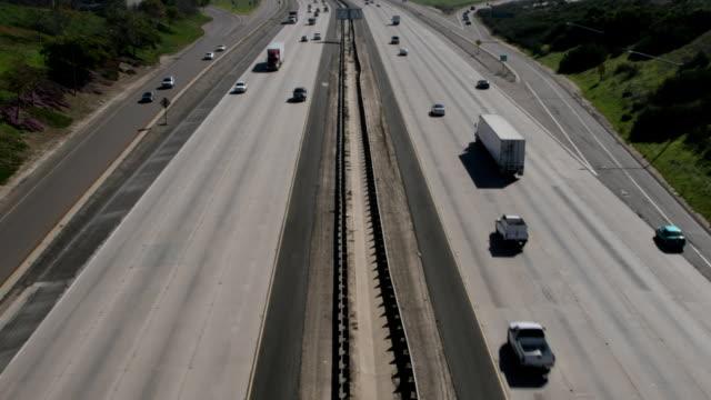 vidéos et rushes de pont time-lapse regardant vers le bas à la circulation - télévision haute définition