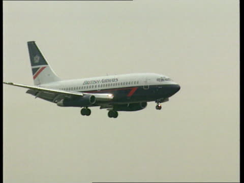 manchester la british airways boeing 737 pan lr ditto bv ditto landing - boeing 737 stock videos & royalty-free footage
