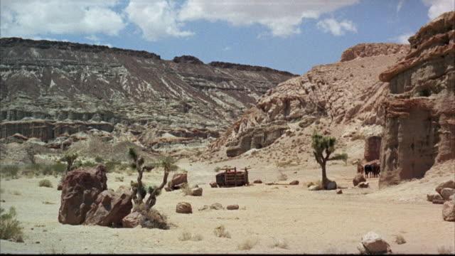 vidéos et rushes de ms overturned stagecoach  - voiture hippomobile