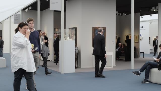 vídeos y material grabado en eventos de stock de overview frieze masters london main exhibitions hall frieze london art fair london uk 3rd october 2019 - entabladura