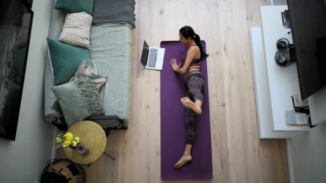 überblick über eine frau beim training. - pilates stock-videos und b-roll-filmmaterial