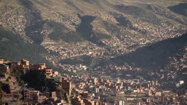 vídeos de stock e filmes b-roll de overview of la paz [nuestra seã±ora de la paz/chuquiago marka/chuqiyapu] with busy roads, bolivia - la paz bolívia