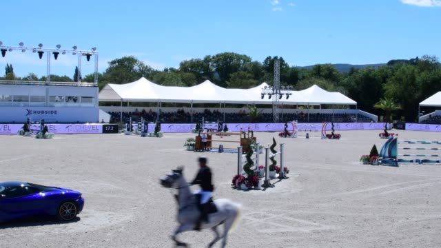 vídeos de stock, filmes e b-roll de overview of the competition area during equestrian event concours de saut international, in st tropez, grimaud, france. - contestant