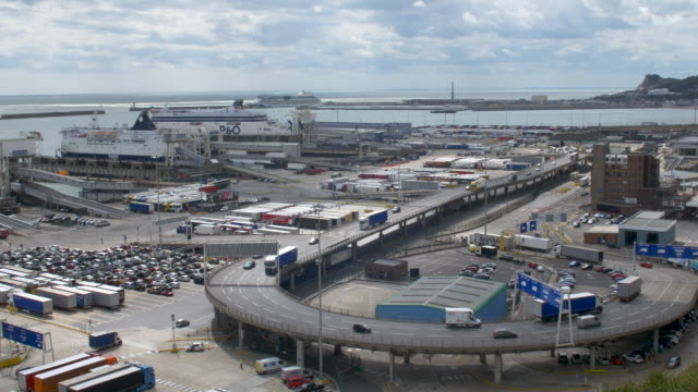 overview of the port of dover - lastzug stock-videos und b-roll-filmmaterial