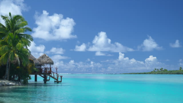 ws, overwater bungalow at tropical beach, aitutaki lagoon, aitutaki, cook islands - aitutaki lagoon stock videos & royalty-free footage