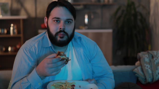 übergewichtigen mann burger essen - overweight stock-videos und b-roll-filmmaterial