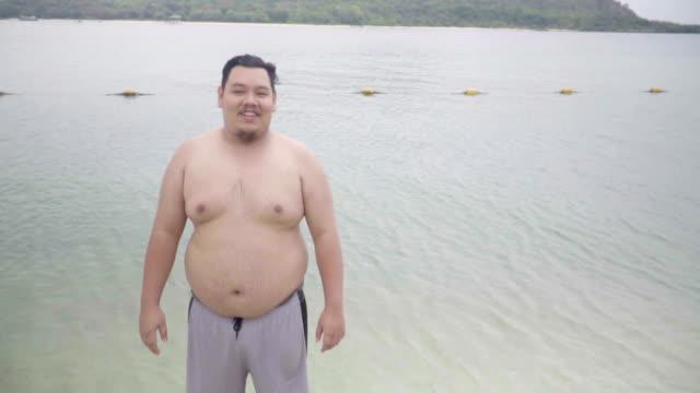 übergewichtiger Mann legte sich auf Meer
