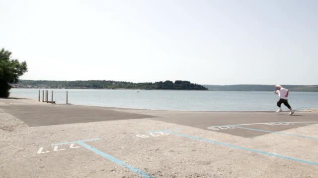 Dick senior Männlich Übungen durch Laufen an sonnigen Strand