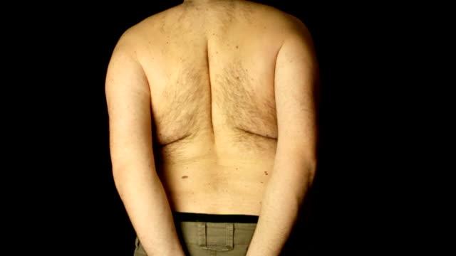 sovrappeso a petto nudo uomo lo stretching schiena - dorsale video stock e b–roll