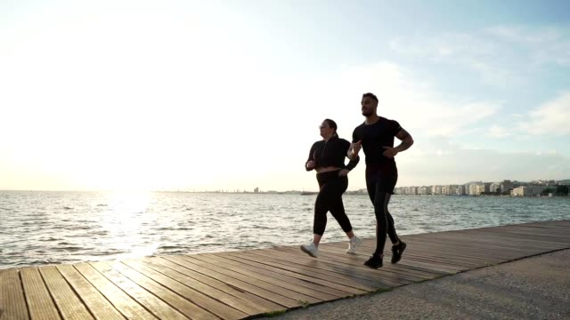 vídeos de stock, filmes e b-roll de mulher do excesso de peso que movimenta com instrutor - instrutor de fitness