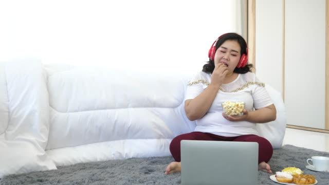 超重婦女在家裡放鬆 - 底片 個影片檔及 b 捲影像