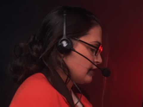 vídeos de stock e filmes b-roll de overwhelmed businesswoman - trabalhadora de colarinho branco
