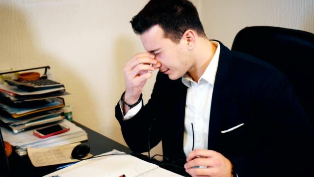 vídeos de stock, filmes e b-roll de empresário de excesso de trabalho no escritório - excesso de trabalho