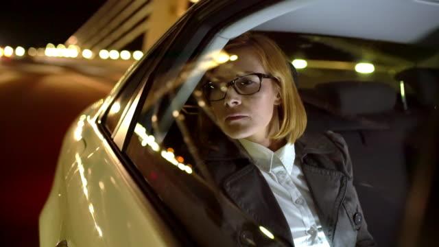 ms overworked geschäftsfrau in der nacht nach hause fahren - limousine luxuswagen stock-videos und b-roll-filmmaterial