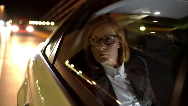 MS Overworked Geschäftsfrau auf dem Rücksitz eines Taxis