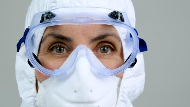 過労、伝染防止保護作業服を着用した女性医療従事者 - レスピレーターマスク点の映像素材/bロール