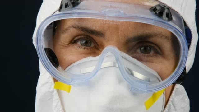 vídeos y material grabado en eventos de stock de trabajadora de la salud madura y sobrecargada sosteniendo una jeringa con una vacuna cóvida-19 - gafas panoramicas