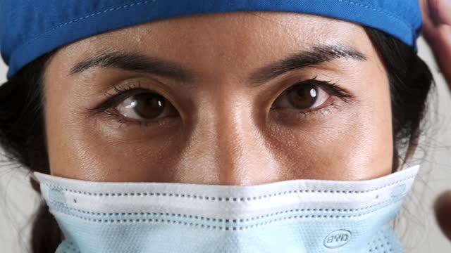 überlastete, nachdenkliche, gestresste, gestresste asiatische gesundheitshelferin, die in die kamera schaut - einzelne frau über 30 stock-videos und b-roll-filmmaterial