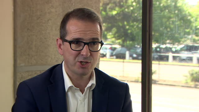 """owen smith saying the labour party are in a """"disastrous position"""" under jeremy corbyn's leadership, despite the large crowds attending his rallies - 1939 stock-videos und b-roll-filmmaterial"""
