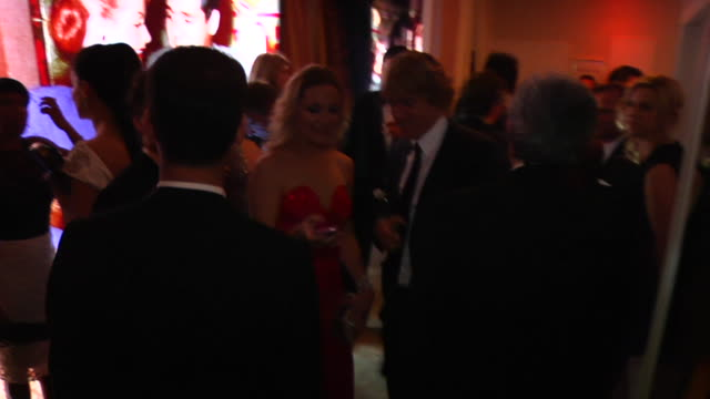 owen wilson and kate hudson at the 2012 vanity fair oscar party hosted by graydon carter - inside party at west hollywood ca. - オーウェン・ウィルソン点の映像素材/bロール