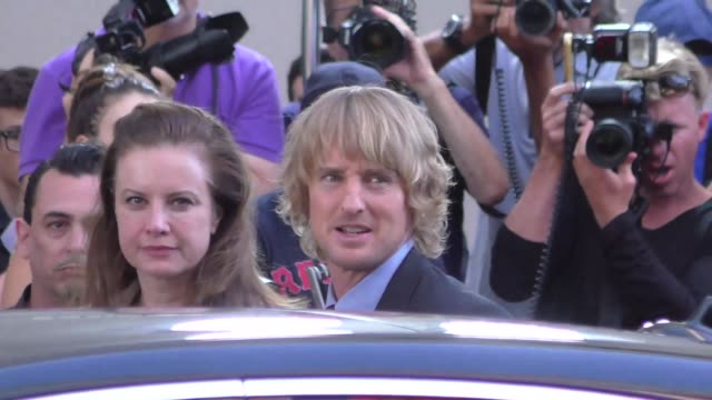 owen wilson arriving to the no escape premiere at regency theater in los angeles in celebrity sightings in los angeles, - オーウェン・ウィルソン点の映像素材/bロール