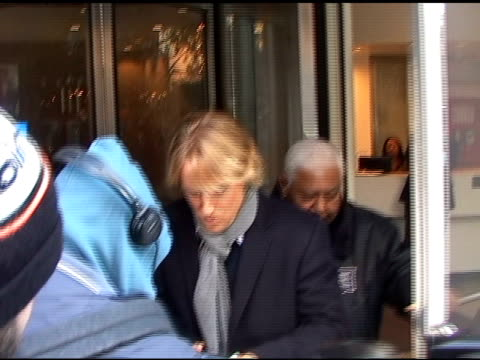 owen wilson at live with regis and kelly 12/09/10 at the celebrity sightings in new york at new york ny. - オーウェン・ウィルソン点の映像素材/bロール
