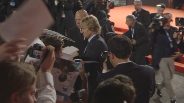 owen wilson at 'she's funny that way' red carpet - 71st venice international film festival at palazzo del cinema on august 29, 2014 in venice, italy. - she's funny that way点の映像素材/bロール