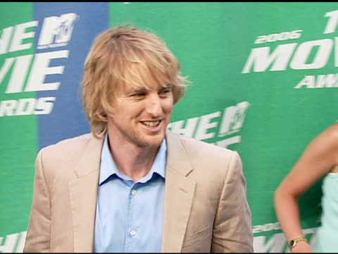 owen wilson at the 2006 mtv movie awards red carpet at sony pictures studios in culver city, california on june 3, 2006. - オーウェン・ウィルソン点の映像素材/bロール