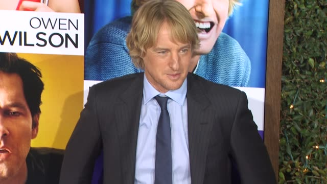 owen wilson at the 'how do you know' premiere at los angeles ca. - オーウェン・ウィルソン点の映像素材/bロール