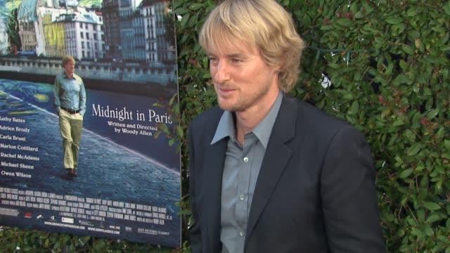 owen wilson at the los angeles premiere of 'midnight in paris' at beverly hills ca. - オーウェン・ウィルソン点の映像素材/bロール