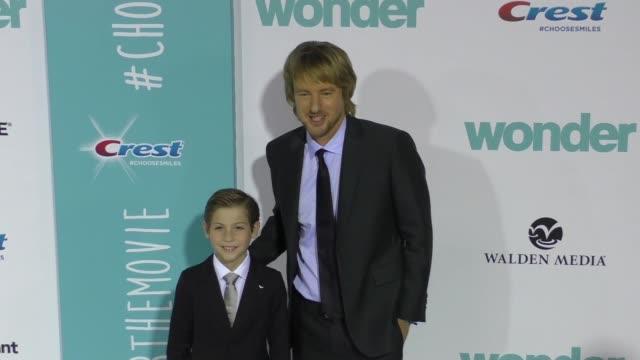"owen wilson & jacob tremblay at the lionsgate presents the world premiere of ""wonder"" on november 14, 2017 in los angeles, california. - オーウェン・ウィルソン点の映像素材/bロール"
