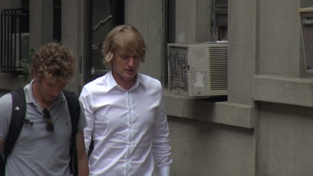 owen wilson on the set of 'squirrels to the nuts' in new york, ny, on 7/22/13. - オーウェン・ウィルソン点の映像素材/bロール