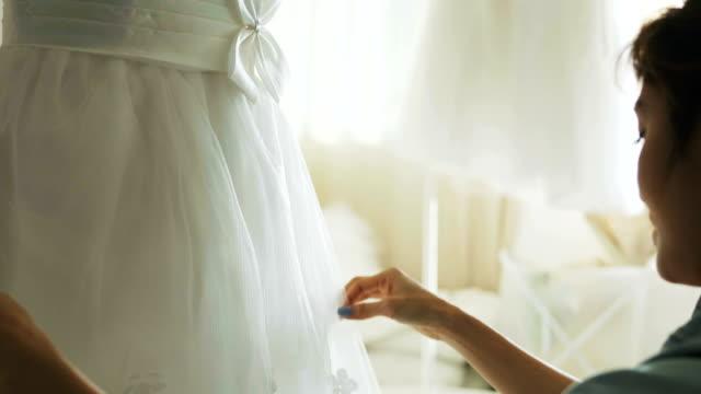 ブライダル ショップの所有者の作業とアートとクラフトの製品と彼女の小売スモール ビジネスのウェディング ドレス、 - 唯一点の映像素材/bロール