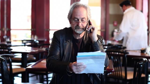 ms owner of restaurant talking on phone / santa fe, new mexico, united states - sladdlös telefon bildbanksvideor och videomaterial från bakom kulisserna