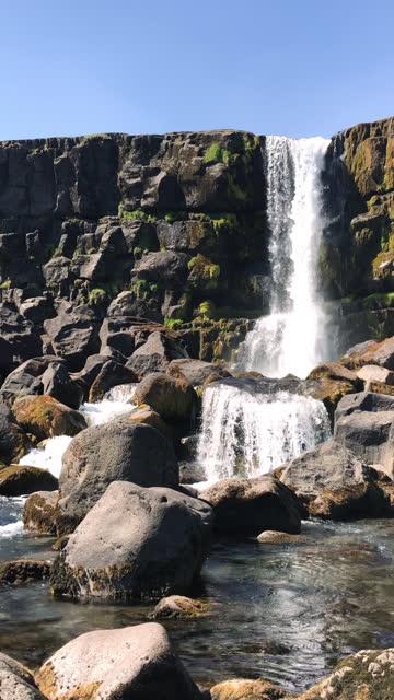 stockvideo's en b-roll-footage met oxararfoss-waterval in het nationaal park thingvellir - genomen met mobiel apparaat