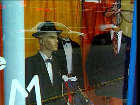 vidéos et rushes de lib ext gv oxfam shop ms dinner jackets and bow ties on display in window lib tate gallery int tms chris smith mp wearing dj bow tie chatting at... - bow window