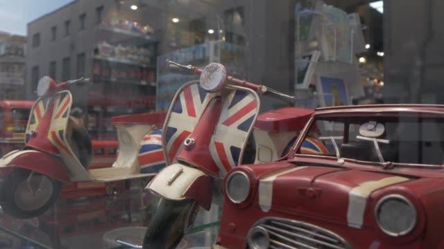 oxford and british memorabilia on broad street, oxford, oxfordshire, england, united kingdom, europe - union jack stock videos & royalty-free footage