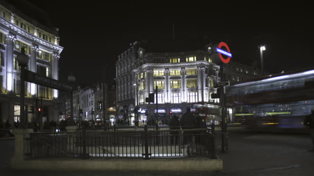 t/l ws oxford circus at night with people and traffic - oxford street stock-videos und b-roll-filmmaterial