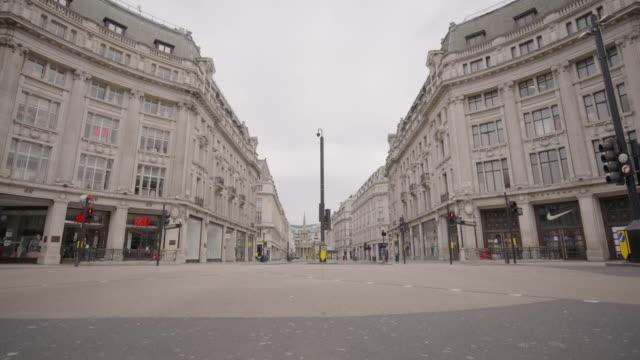 vídeos de stock e filmes b-roll de oxford circus - empty london in lockdown during coronavirus pandemic - plano picado