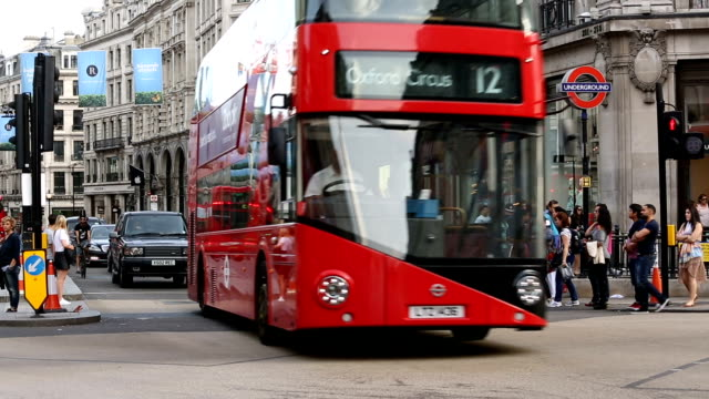 oxford circus in london with busses - autobus a due piani video stock e b–roll