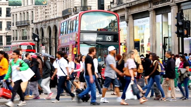 oxford circus in london with crowd - autobus a due piani video stock e b–roll