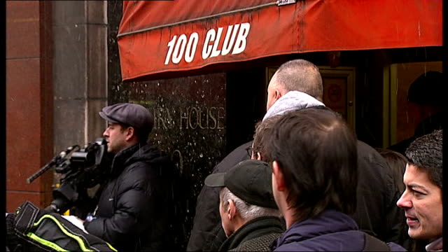 """people queueing outside """"100 club"""" - oxford street stock-videos und b-roll-filmmaterial"""