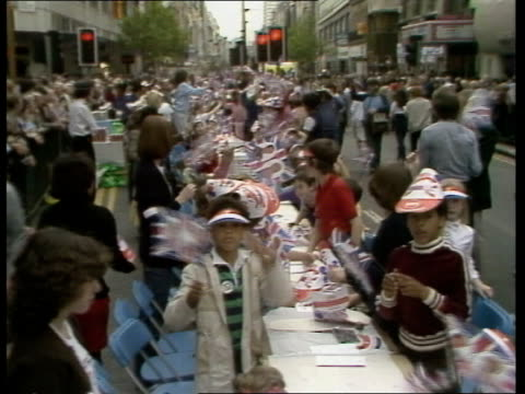 oxford street party; england: london: oxford street: zoom into long line of tables gv ditto zoom into children waving flags gv ditto zoom in band... - oxford street stock-videos und b-roll-filmmaterial