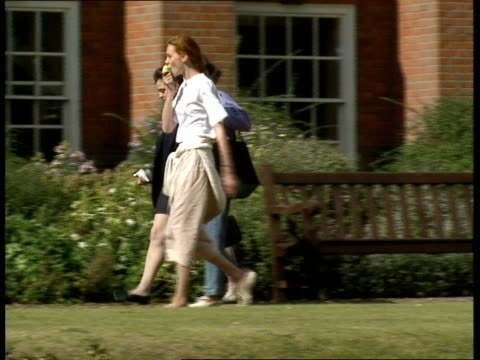 vidéos et rushes de oxford university appeals for cash; ext pan from fields to the gleaming spires of oxford / tractor along field / gv's lady margaret hall, lawns and... - université d'oxford