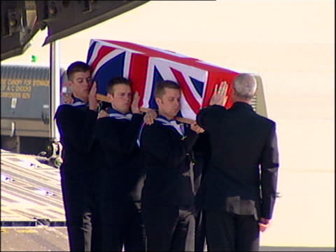 vidéos et rushes de oxfordshire: brize norton air force base: ext union flag-draped coffin of royal navy lieutenant anthony king carried along from transport plane by... - royal navy