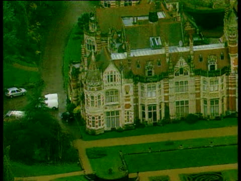 henley night shots of police outside george harrison's mansion after stabbing attack / day shots aerial views of harrison's mansion / berkshire... - messerstecherei stock-videos und b-roll-filmmaterial