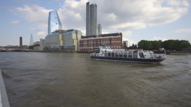 vidéos et rushes de oxo tower and the london skyline from a boat on the thames. - fleuve tamise