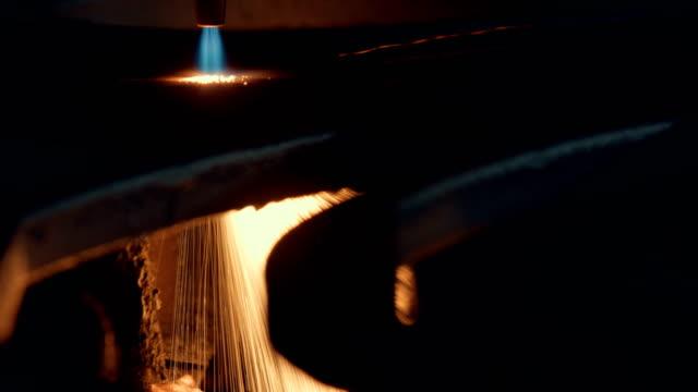 Oxygen cutting of metal sheet