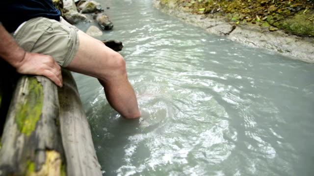 stockvideo's en b-roll-footage met oyunuma brook natuurlijke voetbad, noboribetsu, hokkaido, japan - warmwaterbron