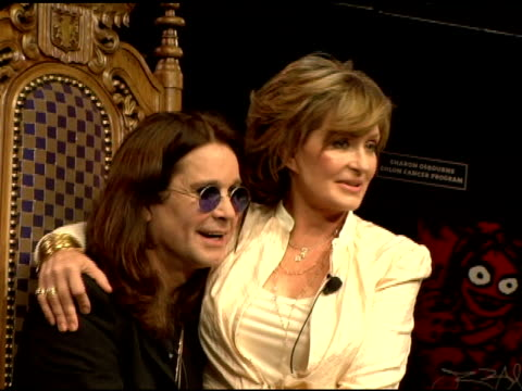 ozzy and sharon osbourne at the unveiling of signature series t-shirt with ozzy and sharon osbourne at hard rock cafe in new york, new york on july... - シャロン オズボーン点の映像素材/bロール